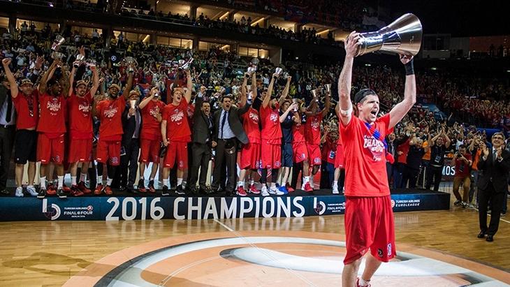 Баскетболисты ЦСКА празднуют победу