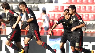 Мексика празднует гол Хорхе Эспирикуэты (второй справа)