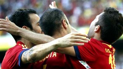 Футболисты сборной Испании празднуют забитый гол