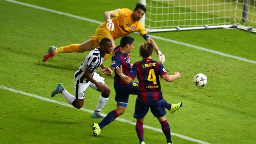 Луис Суарес забивает второй мяч «Барселоны»