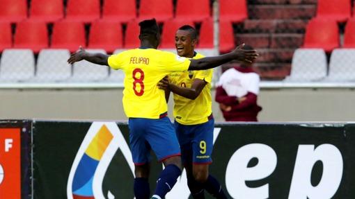 Фелипе Кайседо и Фидель Мартинес праздную гол в ворота Венесуэлы
