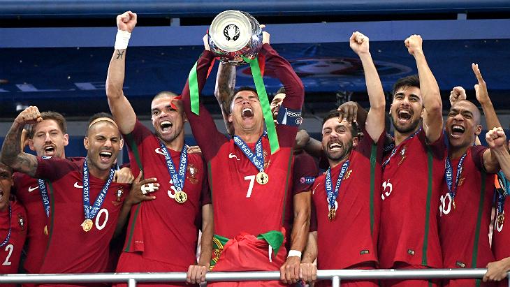 Футболисты сборной Португалии праздную победу
