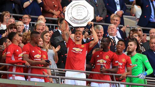 «Манчестер Юнайтед» с трофеем