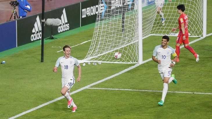 Англия вышла на первое место в группе