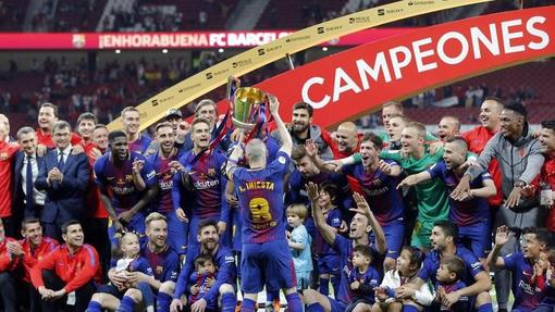 Футболисты «Барселоны» празднуют победу