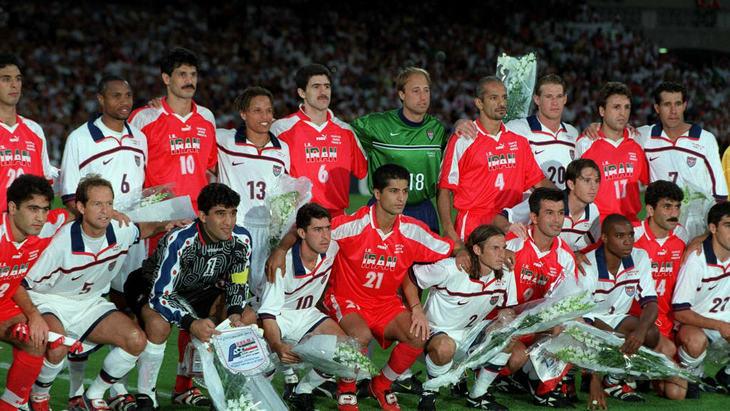 Совместное фото сборных Ирана и США перед матчем на ЧМ-1998