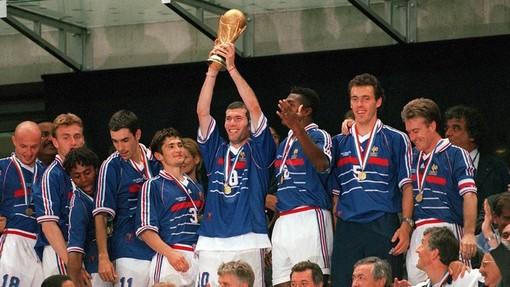 Зинедин Зидан держит в руках Кубок чемпионов мира после финала с Бразилией на ЧМ-1998