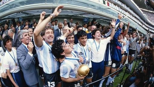 Сборная Аргентины и Диего Марадона празднуют победу на ЧМ-1986