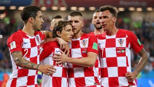 Лука Модрич (в центре) принимает поздравления