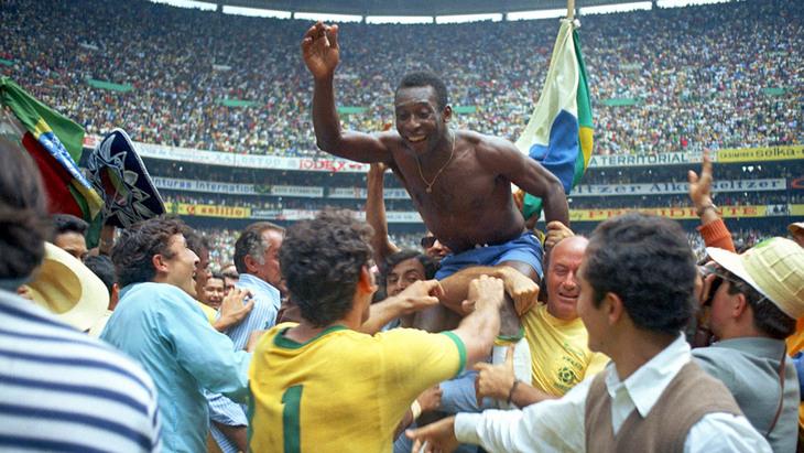 Пеле в объятиях партнеров после победы в финале ЧМ-1970