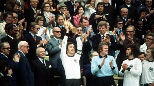 Франц Беккенбауэр с Кубком Мира после победы над Голландией в финале ЧМ-1974