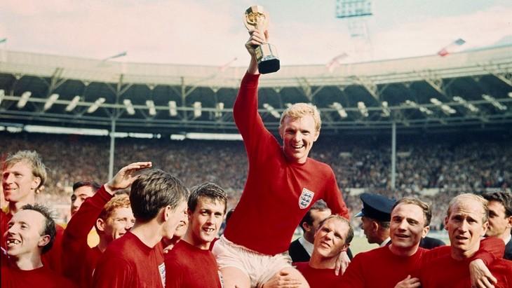 Бобби Мур держит в руках Кубок Мира после победы в финале домашнего ЧМ-1966