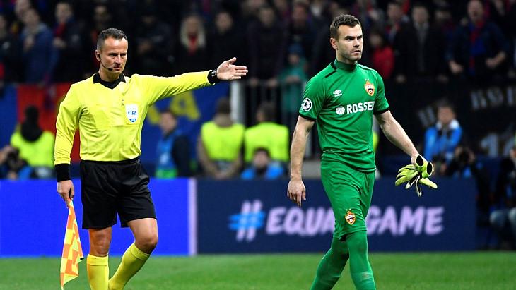 Игорь Акинфеев покидает поля «Лужников» после удаления в матче с «Реалом»