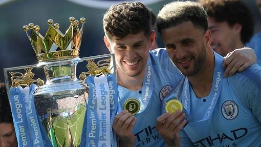 Стоунз (слева) оставил мяч в миллиметрах от гола на линии ворот «Сити» в матче против «Ливерпуля»