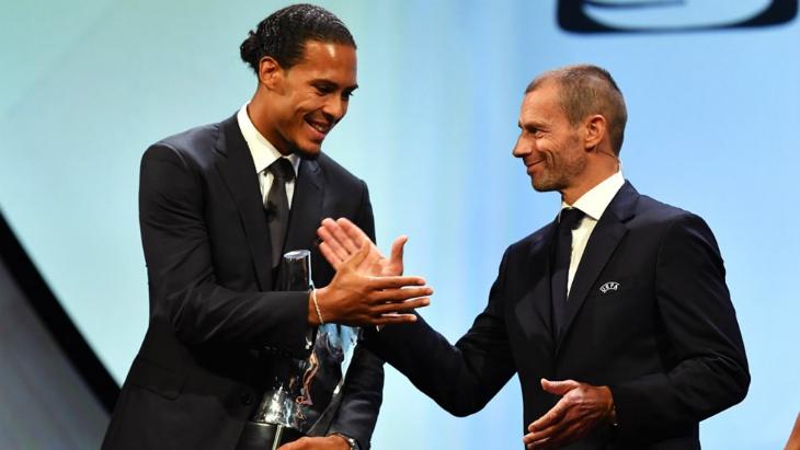 Президент УЕФА Александер Чеферин поздравляет Вирджила ван Дейка