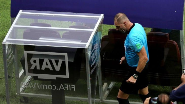 В Саудовской Аравии сотрудник стадиона отключил ВАР для зарядки телефона