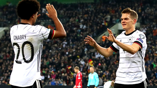 Гинтер (справа) сыграл ключевую роль в матче