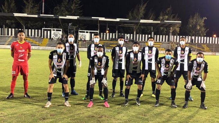 Футболисты «Дириангена» в масках