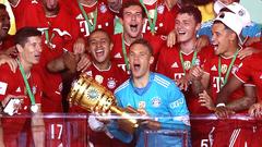 Футболисты «Баварии» с трофеем