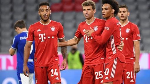 Сане (справа) забил гол и сделал два ассиста в дебютном матче за «Баварию»