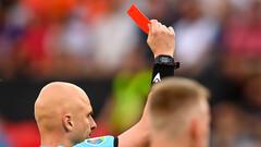 Сергей Карасев показывает красную карточку