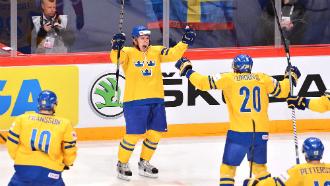 сборная Швеции празднует победу