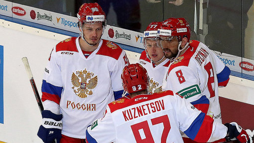 Хоккеисты сборной России празднуют победу над Чехией