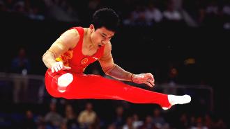 Китаец Фэн Чже завоевал золото Олимпиады в упражнениях на брусьях