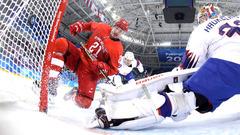 Сергей Калинин забивает шайбу в ворота Норвегии