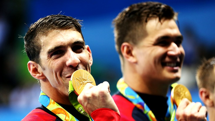 Майкл Фелпс целует очередное олимпийское золото