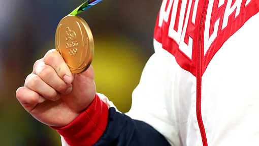 Золотая награда в руках борца Давита Чакветадзе