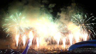 Салют во время церемонии открытия Игр в Сочи