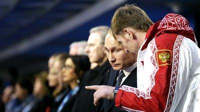 Александр Зубков беседует с президентом России Владимиром Путиным во время церемонии закрытия Олимпиады в Сочи