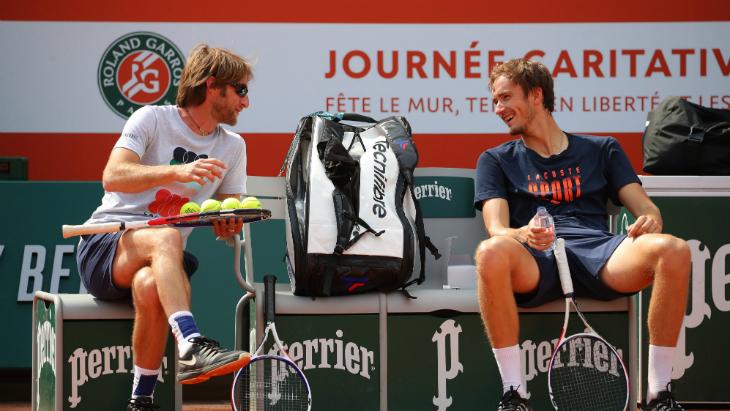 Даниил Медведев (справа) на «Ролан Гаррос»
