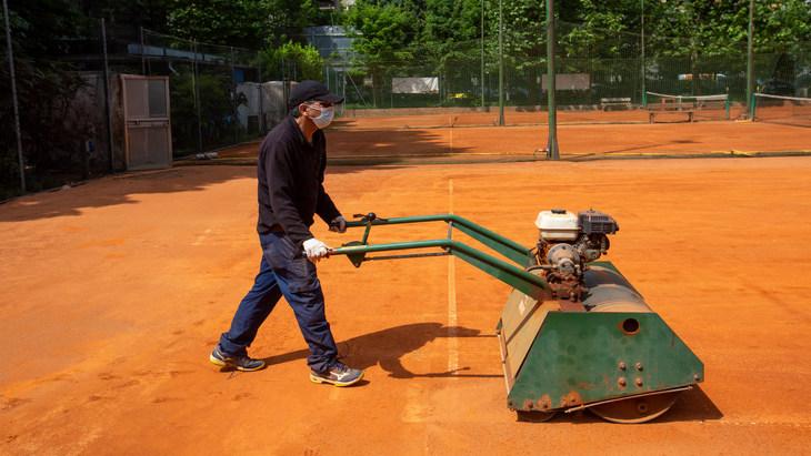 Теннисные корты пока простаивают