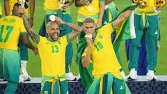 Дани Алвес (слева) привел Бразилию к ее второму кряду золоту Игр